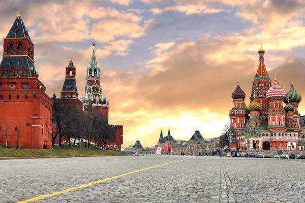 Водитель автомобиля, угрожавший самоубийством у стен Кремля, сдался полиции