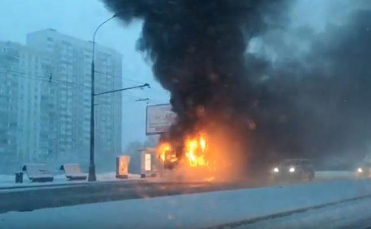 На Каширском шоссе сгорел автобус, все пассажиры спаслись