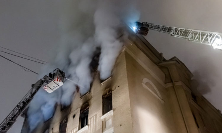 При пожаре в доме на Никитском бульваре погибли пять человек, в здании угроза обрушения