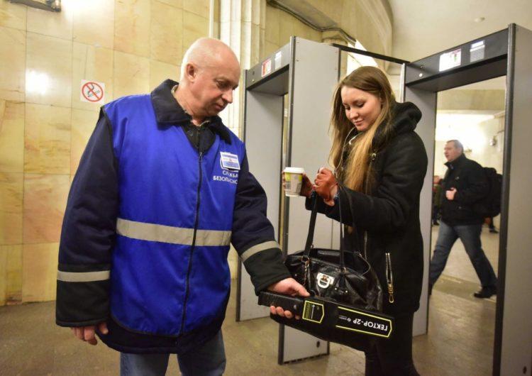 Количество выявленных в московском метро опасных предметов сократилось на четверть