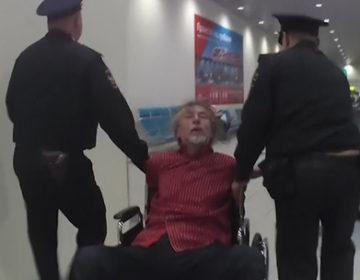 В Домодедово пьяного авиадебошира  доставили в полицию в кресле-каталке