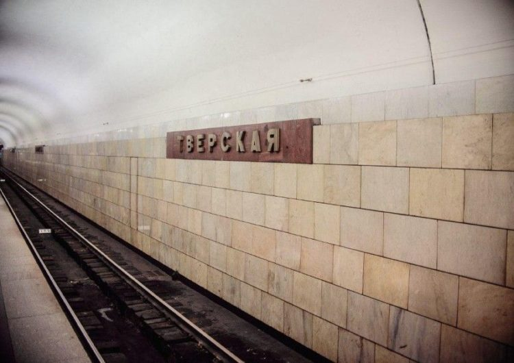 В московском метро девушка упала под поезд, потянувшись за телефоном