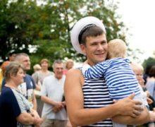 В Коломне жители надели тельняшки в честь Дня Военно-Морского Флота