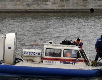 Прыгнувшего на спор в Москву-реку пришлось вытаскивать спасателям