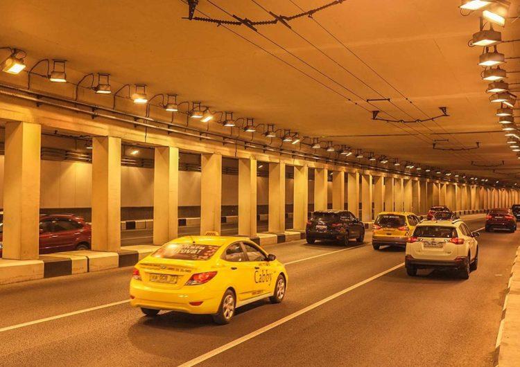 Автоматные очереди были выпущены из Cadillac без номеров в Октябрьском тоннеле