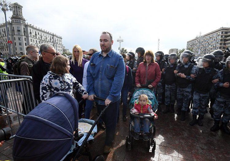 Пришедшие с младенцем на митинг в Москве супруги сохранили родительские права вопреки иску прокуратуры
