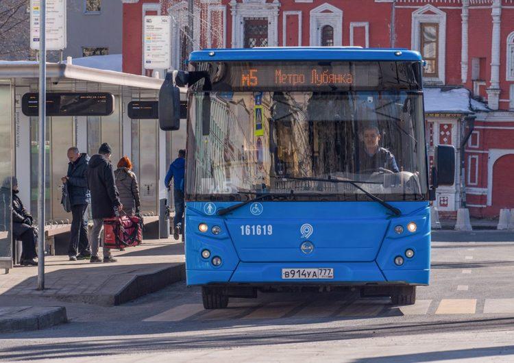 В Москве автобусы будут объявлять номер маршрута ожидающим на остановках