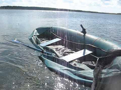 Оказавшихся в пробитой лодке рыбаков спасли на Клязьме