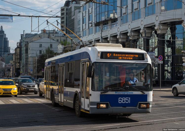 По данным SuperJob большинство москвичей ездят на работу на общественном транспорте