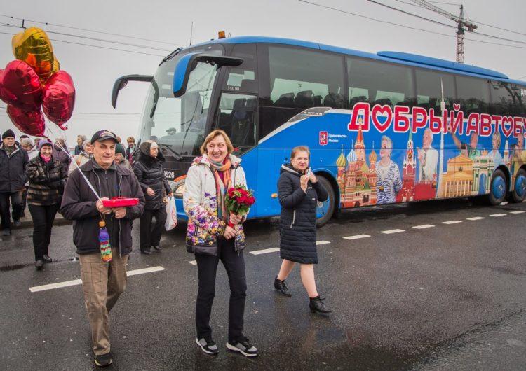 «Добрый автобус» поздравил пенсионеров-молодожёнов свадебным рейсом