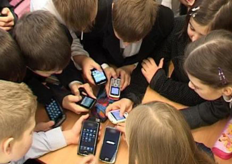 В школах Москвы появятся ящики для хранения телефонов учеников на время уроков