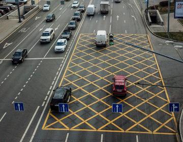 В столице нарушения водителей зафиксируют ещё на шести перекрёстках с «вафлей»