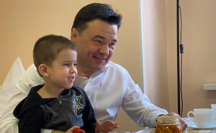 Воробьёв пообещал найти работу для оставившего в Шереметьево двух детей мужчины