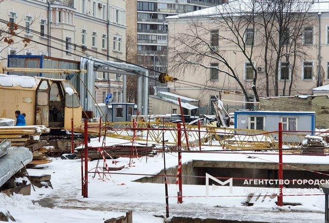 Строительный кран упал на человека в центре Москвы