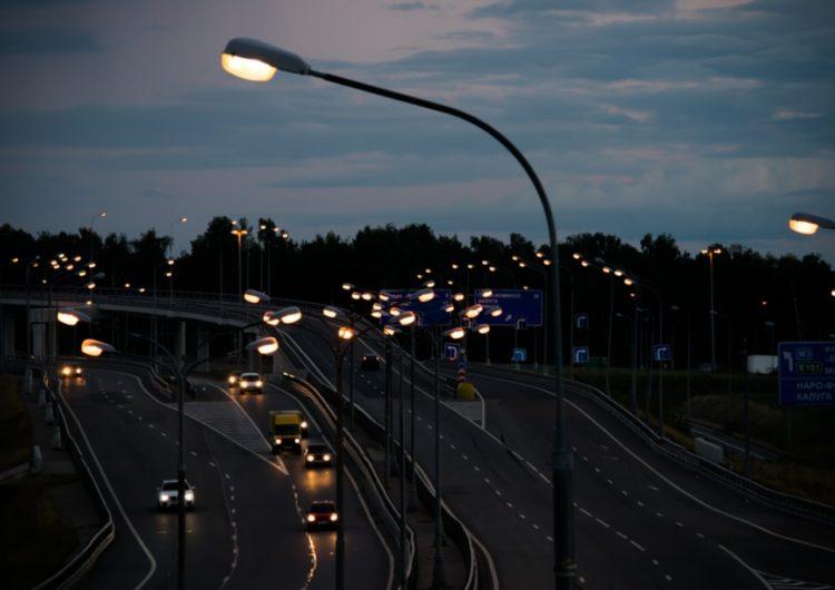 На дорогах Подмосковья подключат около 170 км новых линий освещения
