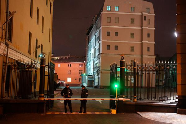 Автомобиль врезался в здание главка МВД на Петровке
