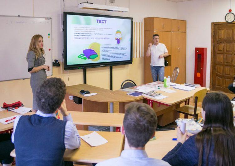 О финансах на языке жестов рассказали школьникам сотрудники Сбербанка