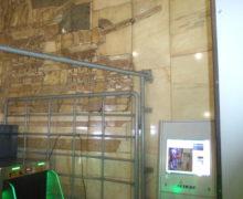 В историческое панно на станции метро «Автозаводская» вбили крепёж