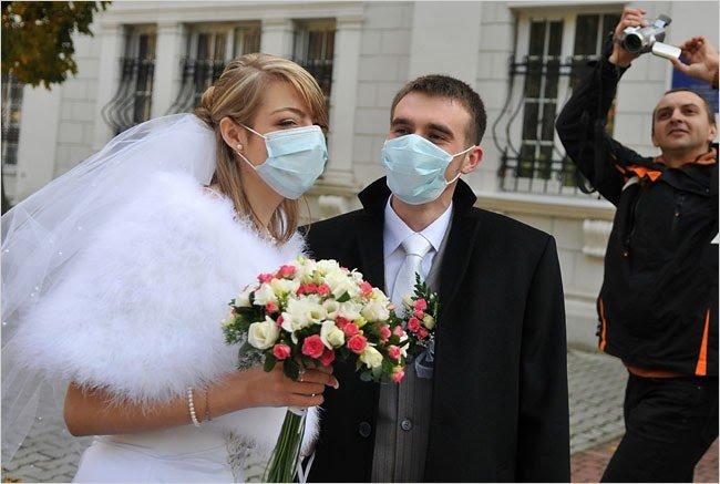 Вернувшихся из стран с коронавирусом попросили не торопиться с женитьбой