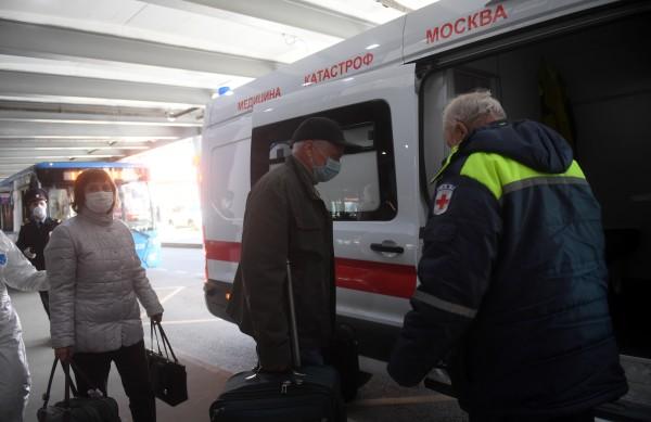 Из Шереметьево по домам развезли 180 прибывших из Нью-Йорка пассажиров