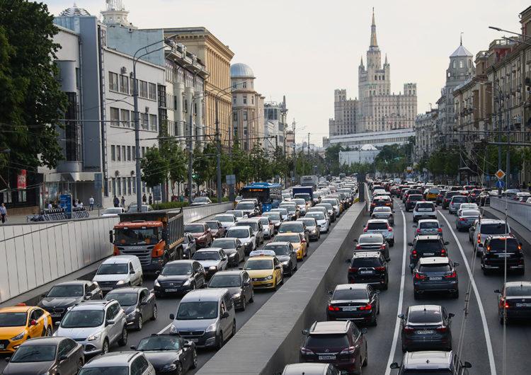 В Москве после снятия ограничений пробки достигли 9 из 10 баллов