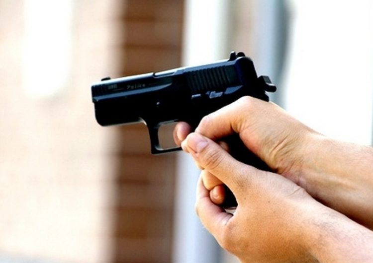 В центре Москвы двое мужчин обстреляли балкон жилого дома из пистолета