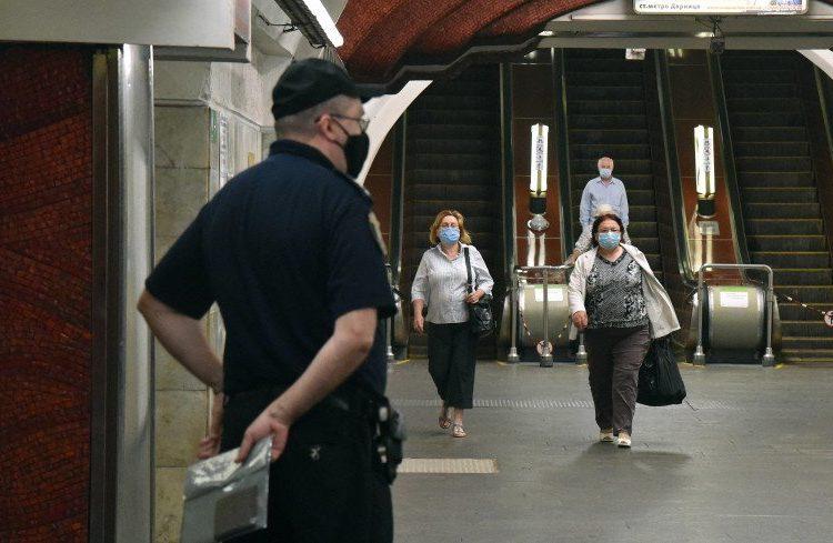 Пассажиров московского метро регулярно проверяют на наличие масок и перчаток