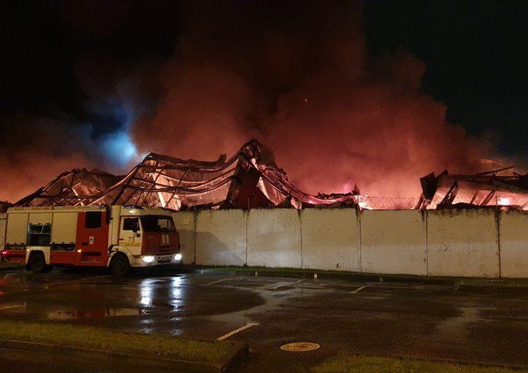 В Долгопрудном во время пожара на обувном складе обрушилась крыша