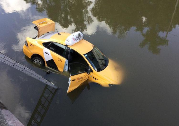 В Москве таксист упал в реку в автомобиле