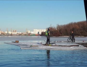В Москве спасатели сняли с отколовшейся льдины двух велосипедистов