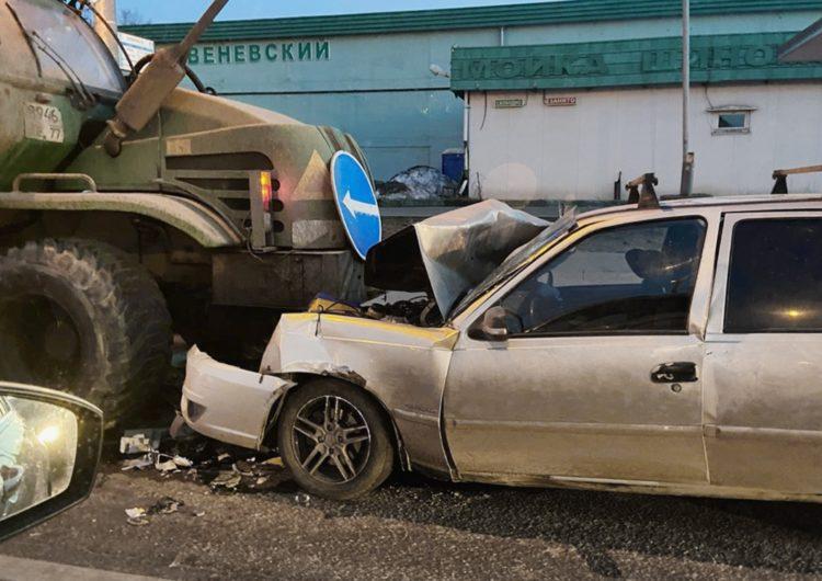 В Москве легковой автомобиль столкнулся с трактором