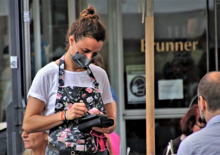 Рестораторы попросили вывести летние веранды в Москве из COVID-free зоны