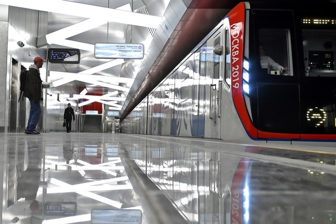 На станциях метро в Москве начнут устанавливать энергорегулирующее напольное покрытие